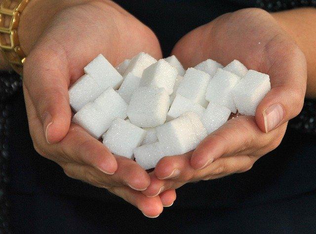 角砂糖を手に取った人